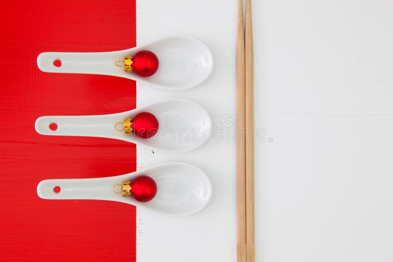 Керамические ложки и бамбуковые палочки для еды суш стоковые фотографии rf