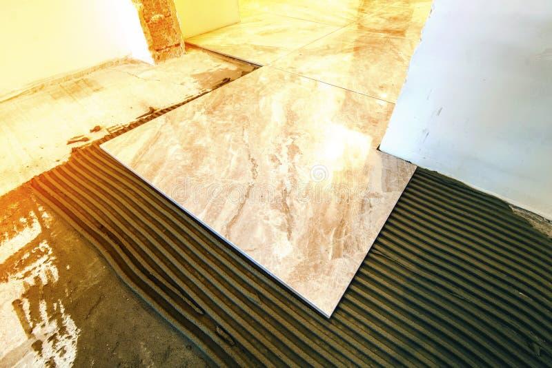 Керамические плитки и инструменты для tiler Установка плиток пола Hom стоковая фотография rf