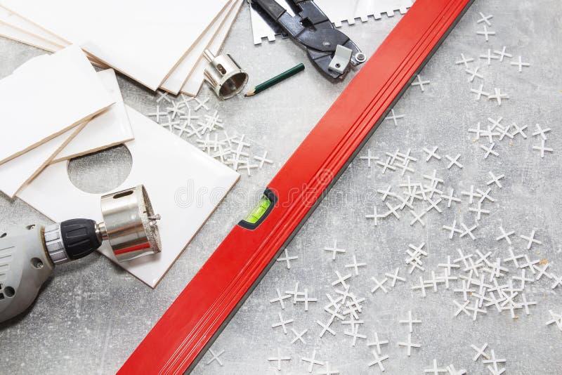 Керамические плитки и инструменты для tiler, установки плиток Улучшение дома, реновация - керамический прилипатель плиточного пол стоковое изображение rf
