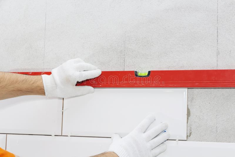 Керамические плитки и инструменты для tiler, установки плиток Улучшение дома, реновация - керамический прилипатель плиточного пол стоковое изображение