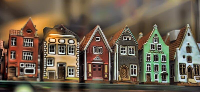 Керамические подсвечники домов в окне магазина стоковая фотография