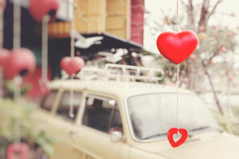 Керамические сердца вися в деревьях Предпосылка нерезкость  стоковые фотографии rf