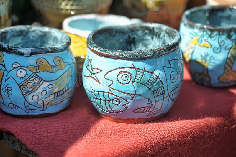 Керамические чашки и шары с смешными чертежами стоковые фото