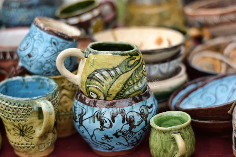 Керамические чашки и шары с смешными чертежами стоковое фото
