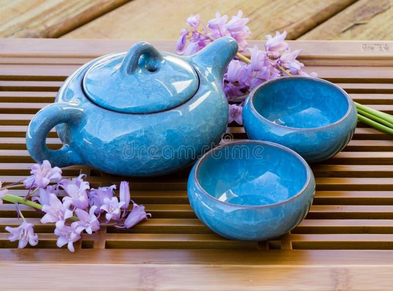 Керамический китайский комплект чая с украшениями цветка стоковое изображение