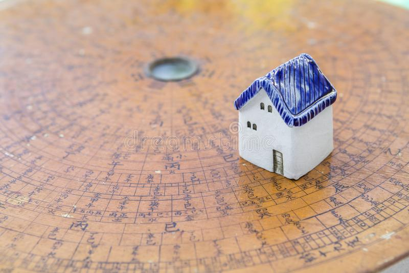 Керамический миниатюрный шланг на старой деревянной китайской предпосылке компаса стоковые фото