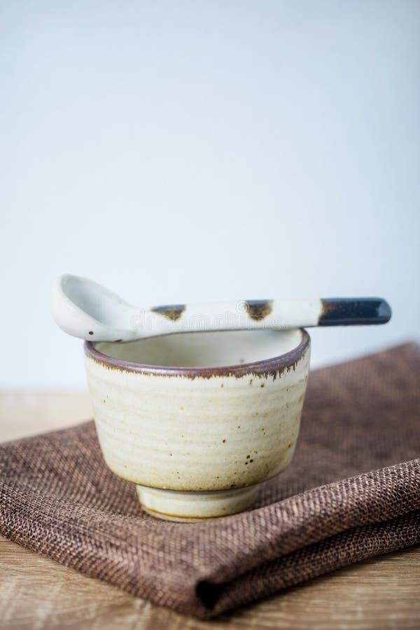 Керамический шар и керамическая ложка стоковые изображения