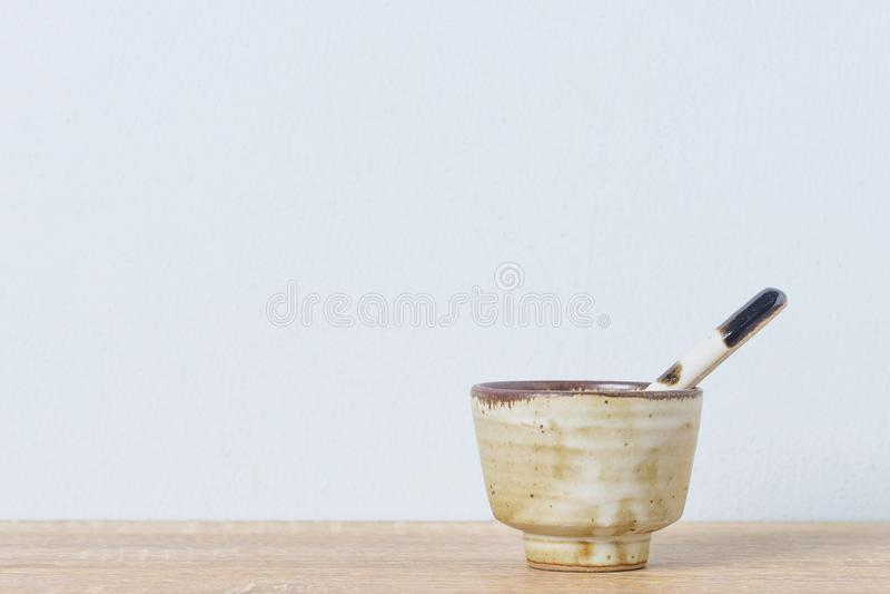 Керамический шар и керамическая ложка стоковое фото