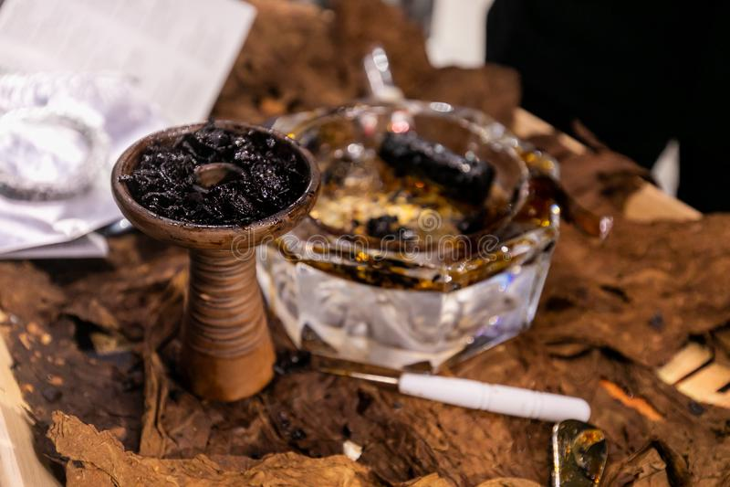 Керамический шар кальяна с табаком в нем стоковые фотографии rf
