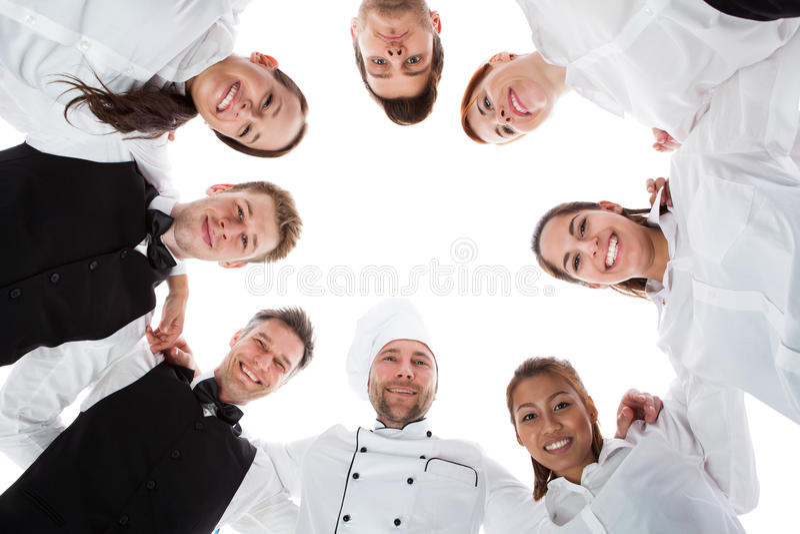Кельнеры и официантки стоя в круге стоковое изображение