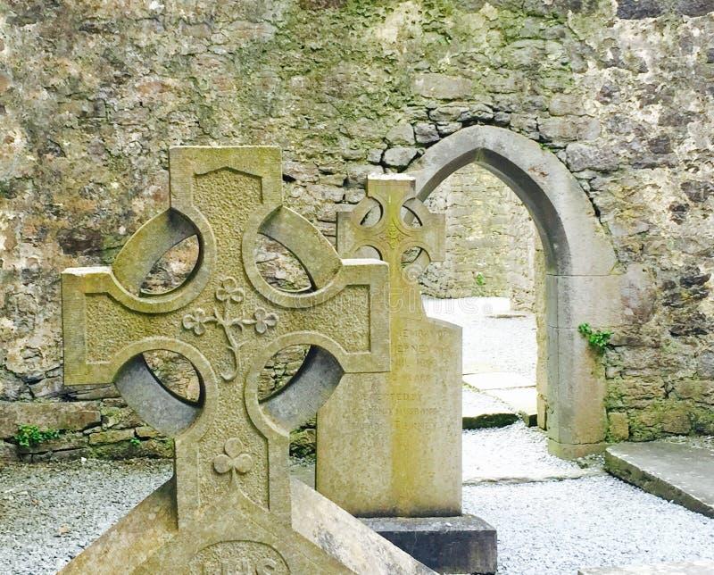 Кельтский крест в руинах церков стоковое фото