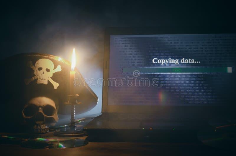 КИБЕРНЕТИЧЕСКОЕ ПРЕСТУПЛЕНИЕ Предпосылка пиратства компьютера стоковые изображения