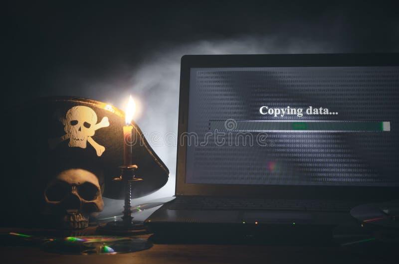 КИБЕРНЕТИЧЕСКОЕ ПРЕСТУПЛЕНИЕ Предпосылка пиратства компьютера стоковое изображение rf