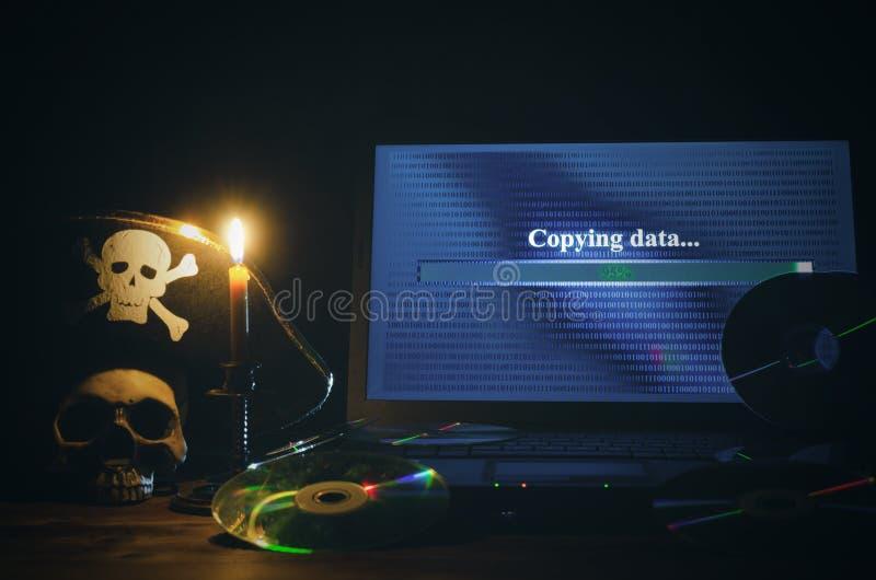 КИБЕРНЕТИЧЕСКОЕ ПРЕСТУПЛЕНИЕ Предпосылка пиратства компьютера стоковая фотография rf