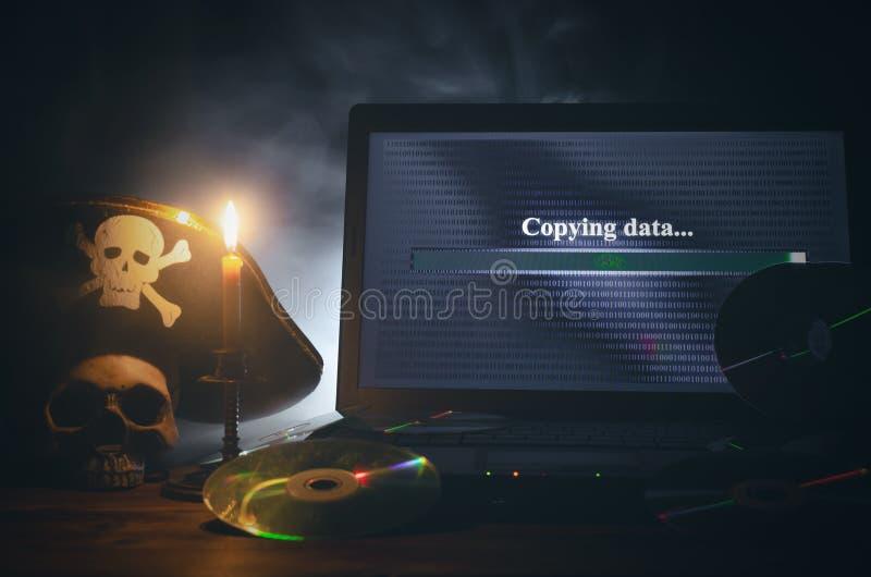 КИБЕРНЕТИЧЕСКОЕ ПРЕСТУПЛЕНИЕ Предпосылка пиратства компьютера стоковое изображение