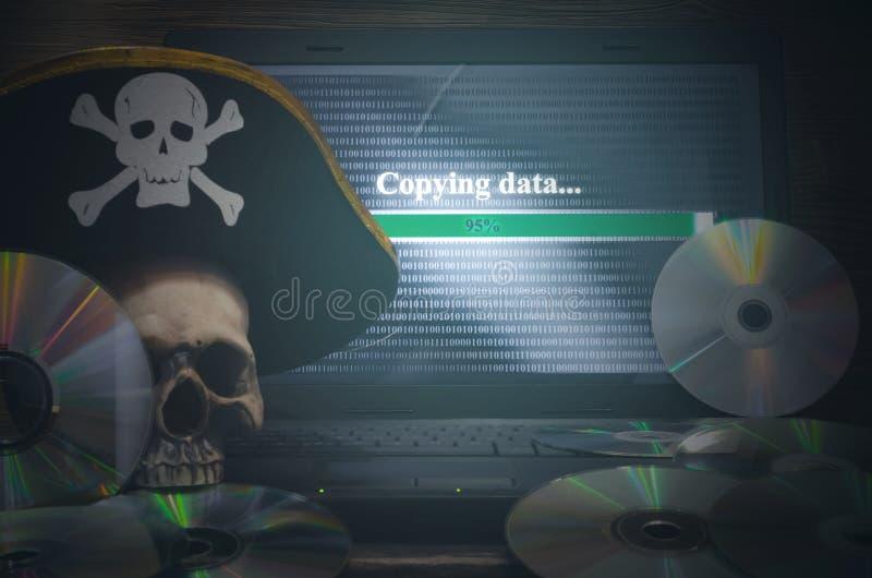 КИБЕРНЕТИЧЕСКОЕ ПРЕСТУПЛЕНИЕ Предпосылка пиратства компьютера стоковые фото