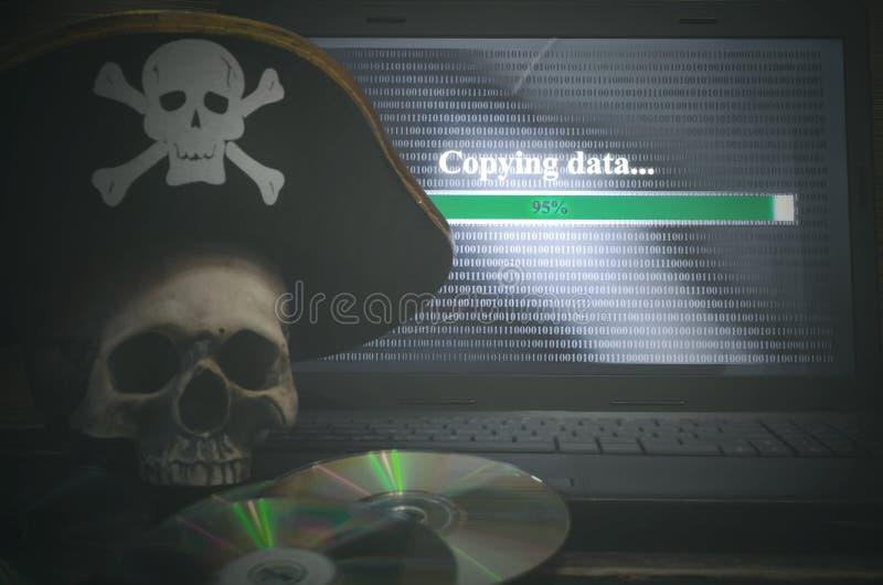 КИБЕРНЕТИЧЕСКОЕ ПРЕСТУПЛЕНИЕ Предпосылка пиратства компьютера стоковая фотография
