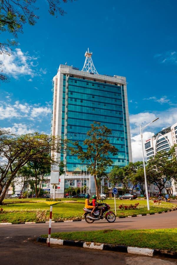 Кигали, Руанда - 21-ое сентября 2018: Площадь пенсии и карусель центра города, с проходить мотоцилк ` moto ` стоковые изображения rf