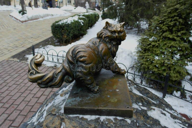 Киев 1-ое февраля 2019 Украина Бронзовая скульптура кота на улице в зиме стоковое изображение rf