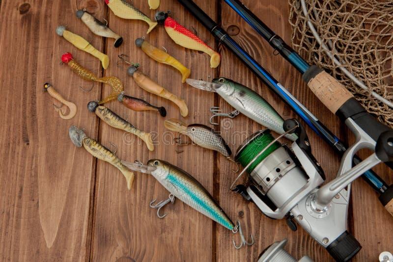 Киев, рыболовные снасти Украины 15-ое мая 2019 - удить закручивать, крюки и прикормы на деревянной предпосылке с космосом экземпл стоковые изображения rf
