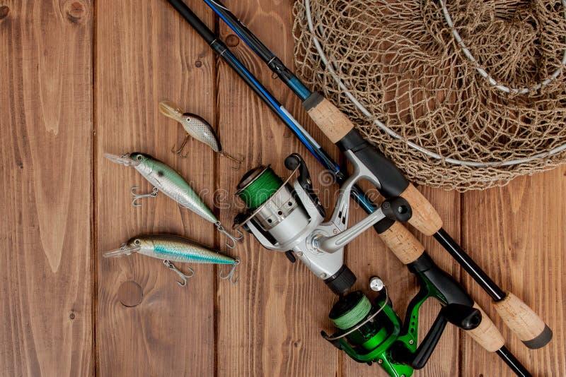 Киев, рыболовные снасти Украины 15-ое мая 2019 - удить закручивать, крюки и прикормы на деревянной предпосылке с космосом экземпл стоковое изображение rf