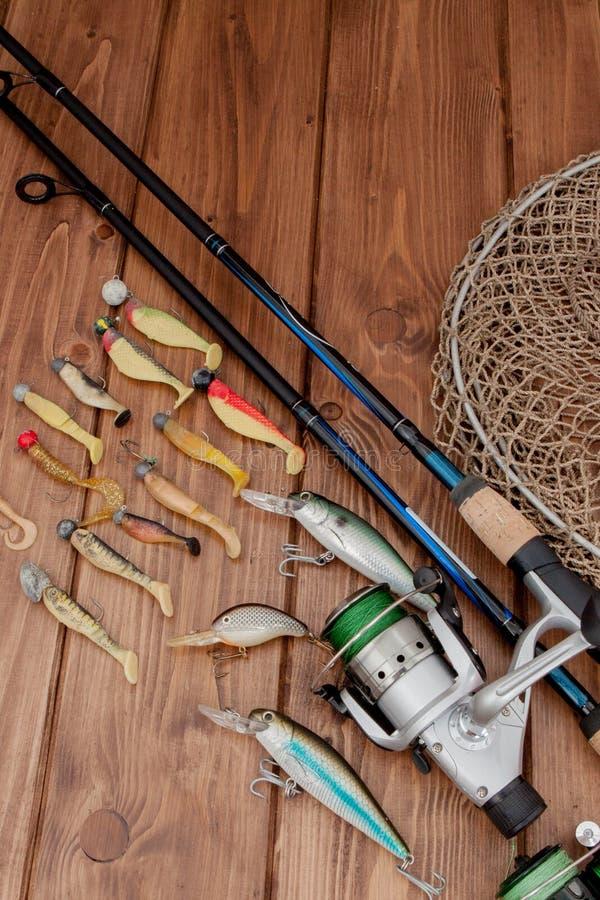 Киев, рыболовные снасти Украины 15-ое мая 2019 - удить закручивать, крюки и прикормы на деревянной предпосылке с космосом экземпл стоковая фотография