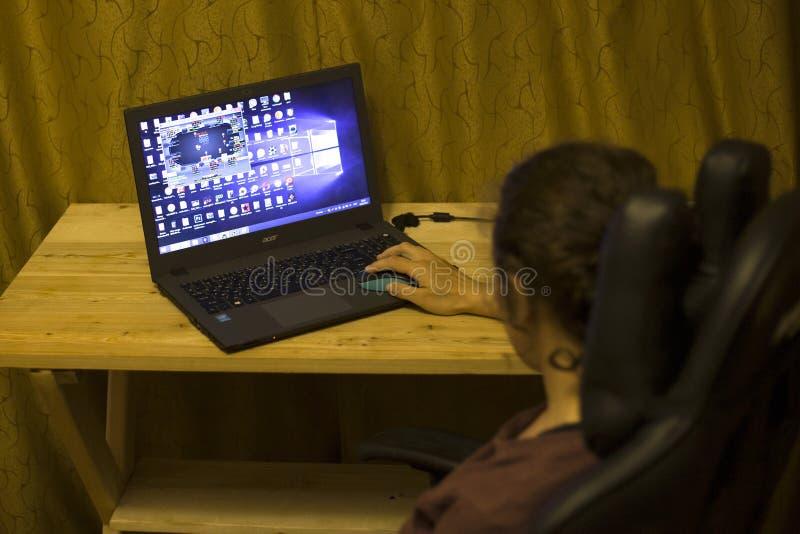 Киев, Украина 05 12 2019: девушка играя онлайн покер для передовицы ноутбука иллюстративной стоковое фото