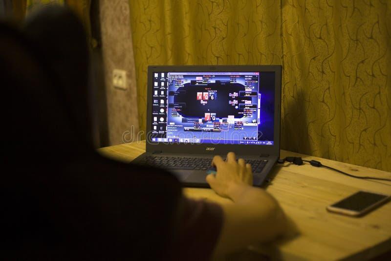 Киев, Украина 05 12 2019: девушка играя онлайн покер для передовицы ноутбука иллюстративной стоковое изображение rf