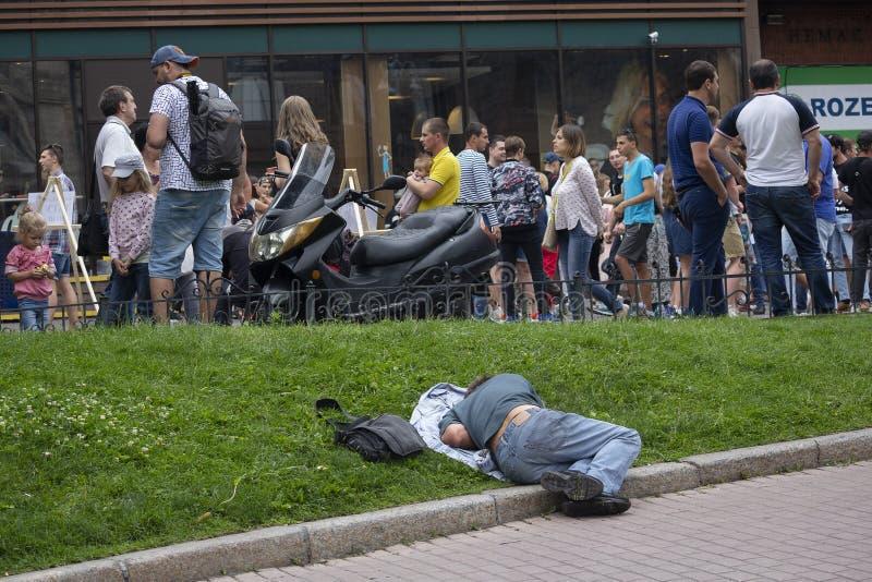 Киев, Украина - 9 июля 2017 г.: Человек, спящий на лужайке на улице стоковая фотография rf