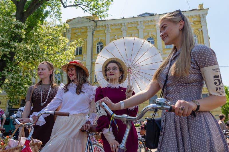 Киев, Украина - 12-ого мая 2018: Девушки в ретро к одеждам - участник retrorace стоковые изображения rf