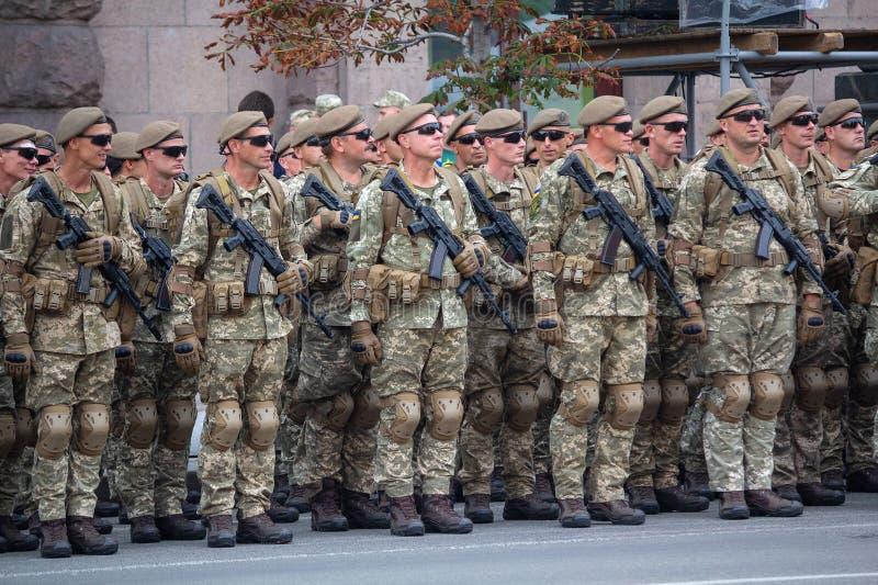 Киев, Украина - 19-ое августа 2018: Военнослужащие украинской армии на репетиции военного парада стоковое фото rf