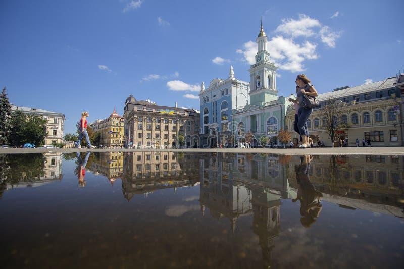 Киев, Украина - 9-ое августа 2017: Горожане в историческом квадрате города в полдень стоковая фотография rf