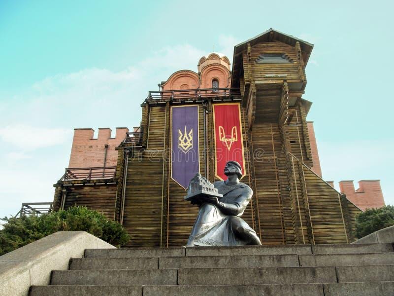 Киев, Украина - 31-ое декабря 2017: Памятник к Yaroslav мудрому около золотых стробов в Киеве стоковые изображения rf