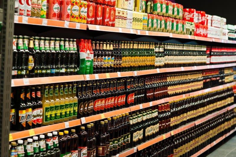 Киев, Украина - 19-ое декабря 2018: Различные бутылки пива на полках стойки супермаркета стоковое фото rf