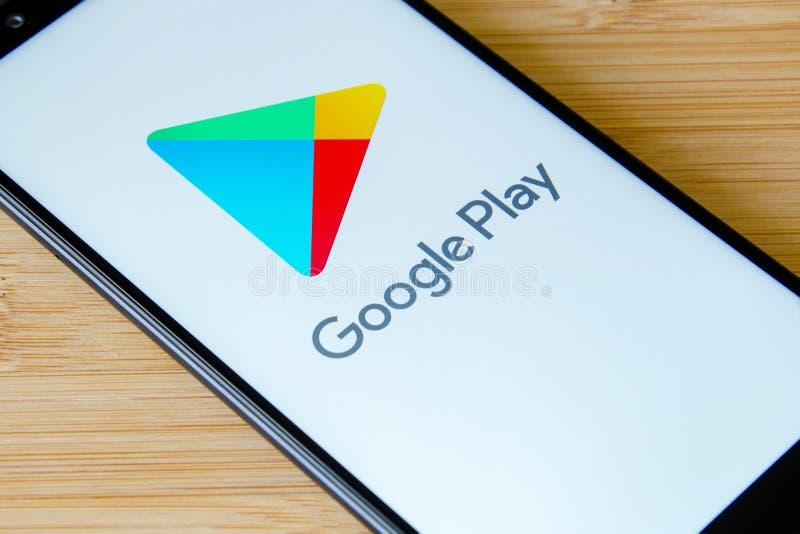 Киев, Украина 12-ое июля 2018: Логотип игры Google на примечании 5 Xiaomi Redmi экрана стоковое изображение