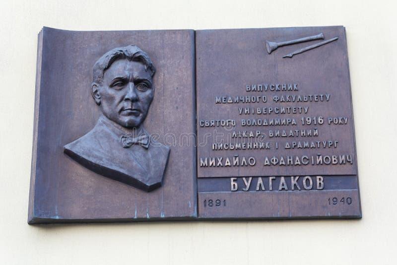 Киев, Украина - 1-ое июля 2017: Памятная доска к писателю Mikhail Bulgakov стоковое фото rf