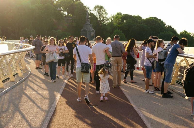 Киев, Украина - 11-ое июня 2019 Пешеходный мост от свода дружбы народов в парк Vladimirskaya Gorka стоковая фотография rf