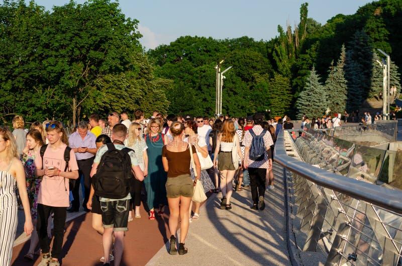 Киев, Украина - 11-ое июня 2019 Пешеходный мост от свода дружбы народов в парк Vladimirskaya Gorka стоковые фотографии rf