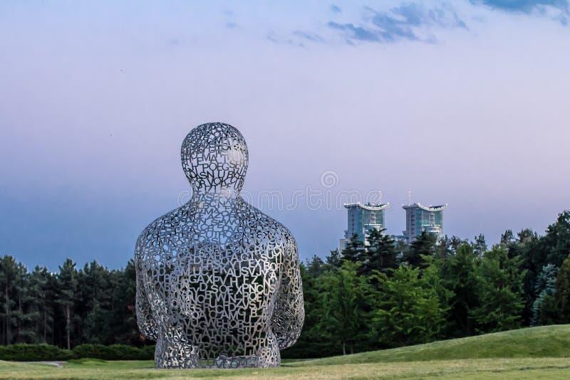 КИЕВ, УКРАИНА - 2-ОЕ ИЮНЯ: скульптура «дом знания» стоковая фотография rf