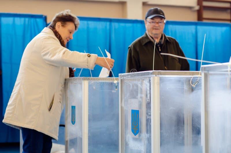 Киев, Украина - 31-ое марта 2019: Голосование 2019 человек на украинских президентских выборах стоковое фото