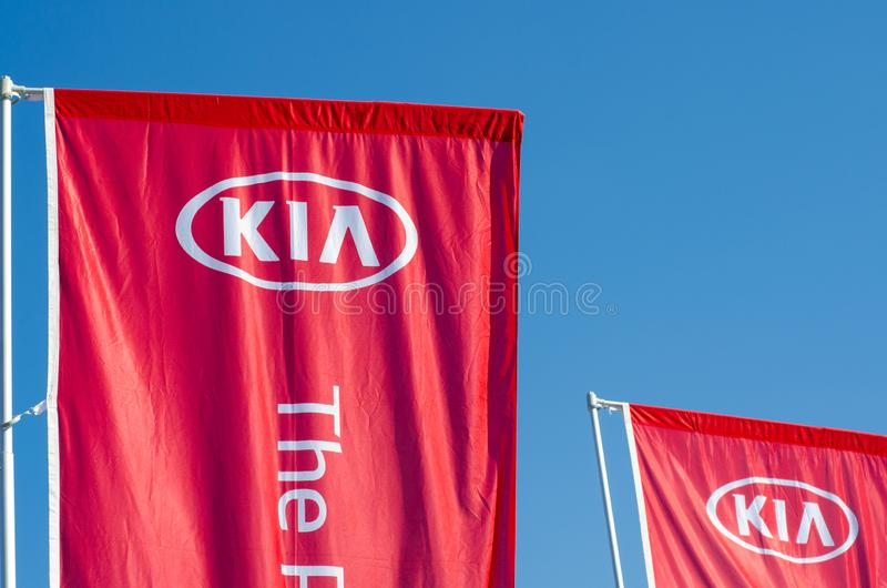 Киев, Украина - 9-ое марта 2019: Рекламировать знамена KIA Kia Моторы Корпорация, обыкновенно известная как моторы Kia стоковое изображение