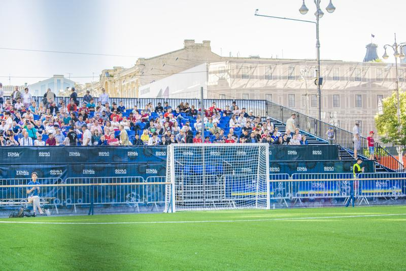 КИЕВ, УКРАИНА - 26-ОЕ МАЯ 2018: Вентилятор-зона футбольных болельщиков выпускных экзаменов лиги чемпионов UEFA Wa людей и футболь стоковые изображения rf