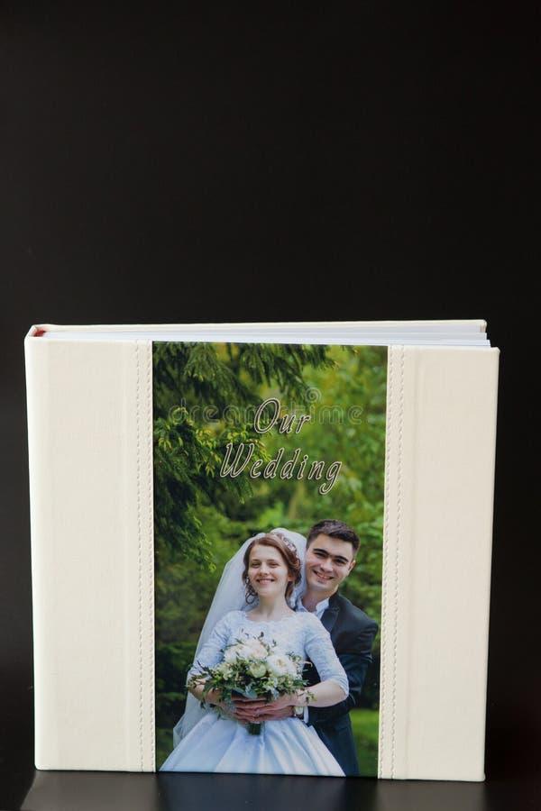 Киев, Украина 15-ое мая 2019 вызывает photobook свадьбы или альбома свадьбы на черной предпосылке стоковое изображение rf