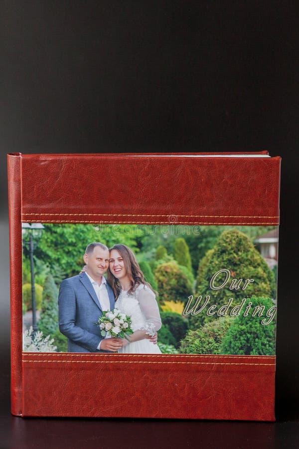 Киев, Украина 15-ое мая 2019 вызывает photobook свадьбы или альбома свадьбы на черной предпосылке стоковое изображение