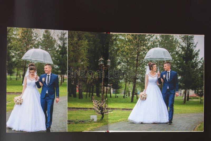 Киев, Украина 15-ое мая 2019 вызывает photobook свадьбы или альбома свадьбы на черной предпосылке стоковые фотографии rf