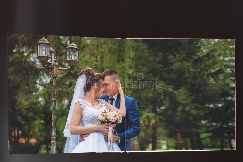 Киев, Украина 15-ое мая 2019 вызывает photobook свадьбы или альбома свадьбы на черной предпосылке стоковые изображения rf