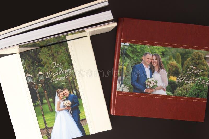 Киев, Украина 15-ое мая 2019 вызывает photobook свадьбы или альбома свадьбы на черной предпосылке стоковое фото