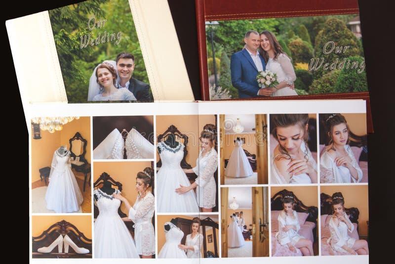 Киев, Украина 15-ое мая 2019 вызывает photobook свадьбы или альбома свадьбы на черной предпосылке стоковые фото