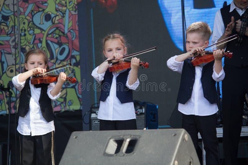 Киев, Украина - 19-ое мая 2019: Дети играя скрипки на этапе музыкального фестиваля Kleizmer стоковые фото