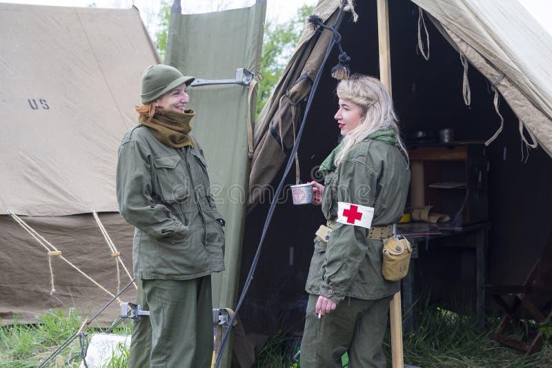 Киев, Украина - 9-ое мая 2019: Женщины в форме работников службы здравоохранения - военнослужащие американской армии около шатра  стоковая фотография